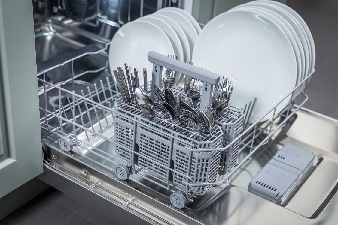 Hisense HUI6220CUS angle open flexible cutlery basket full plates knives